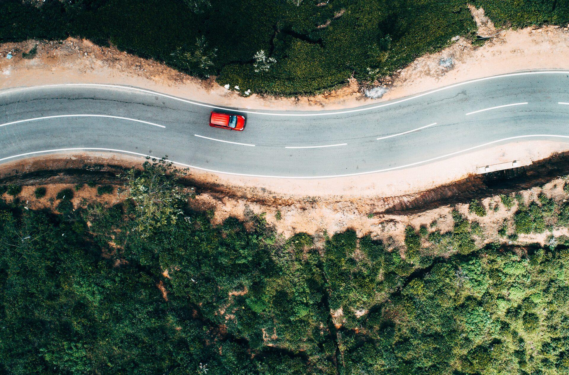 Luftbildaufnahme eines Autos auf einer malerischen Straße