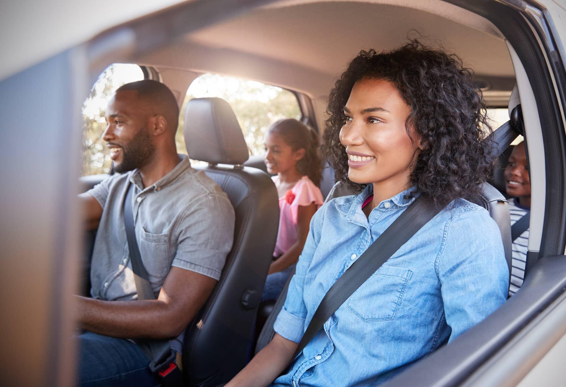 Eine Familie im Auto, die ihren Roadtrip genießt.