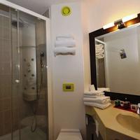 Kyriad Design Enzo Montlucon Standard Bath