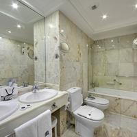 Hotel de Londres y de Inglaterra Bathroom with bathtub